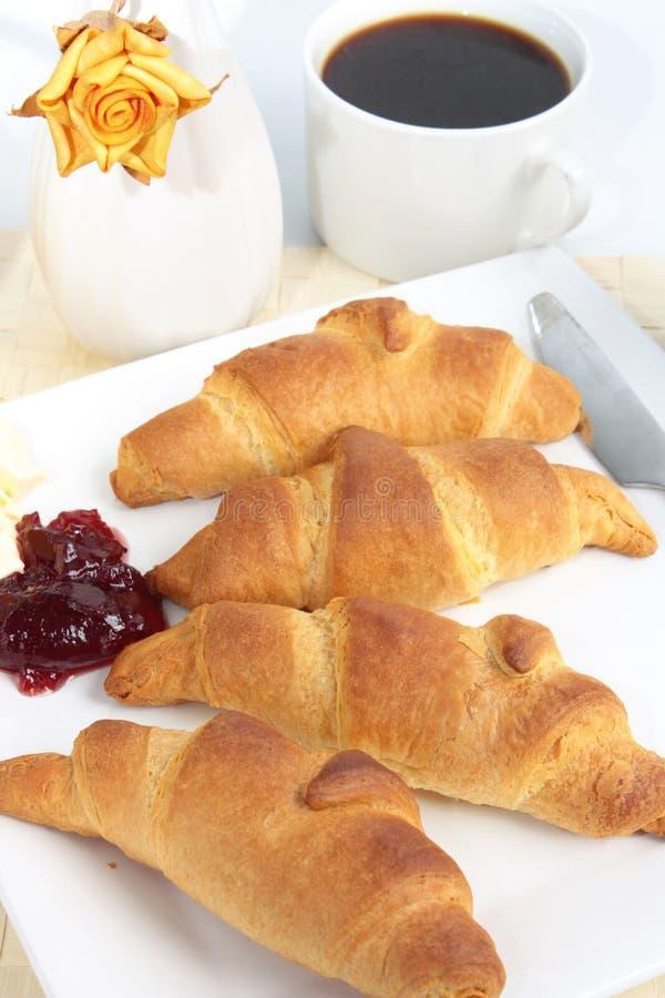 καφές προγευμάτων croissants φρέσκ στοκ φωτογραφία με δικαίωμα ελεύθερης χρήσης