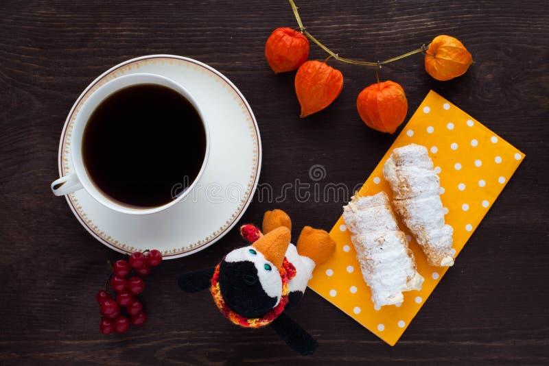 Καφές πρωινού με τους σωλήνες κρέμας στοκ εικόνα με δικαίωμα ελεύθερης χρήσης
