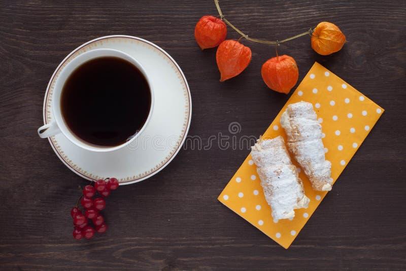 Καφές πρωινού με τους σωλήνες κρέμας στοκ φωτογραφία με δικαίωμα ελεύθερης χρήσης