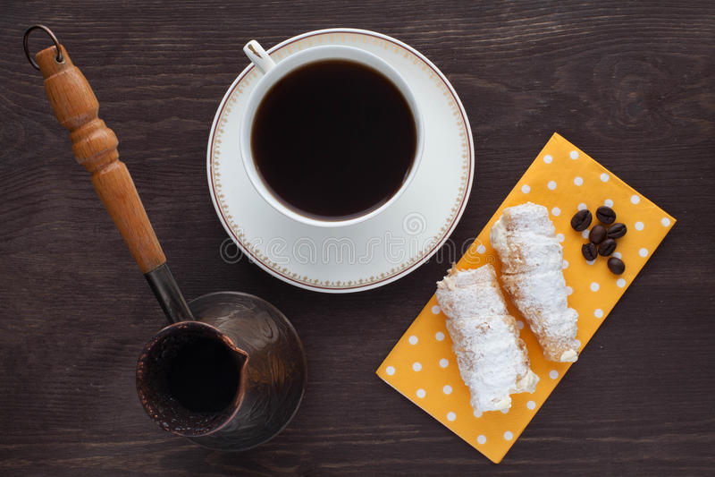 Καφές πρωινού με τους σωλήνες κρέμας στοκ φωτογραφίες με δικαίωμα ελεύθερης χρήσης