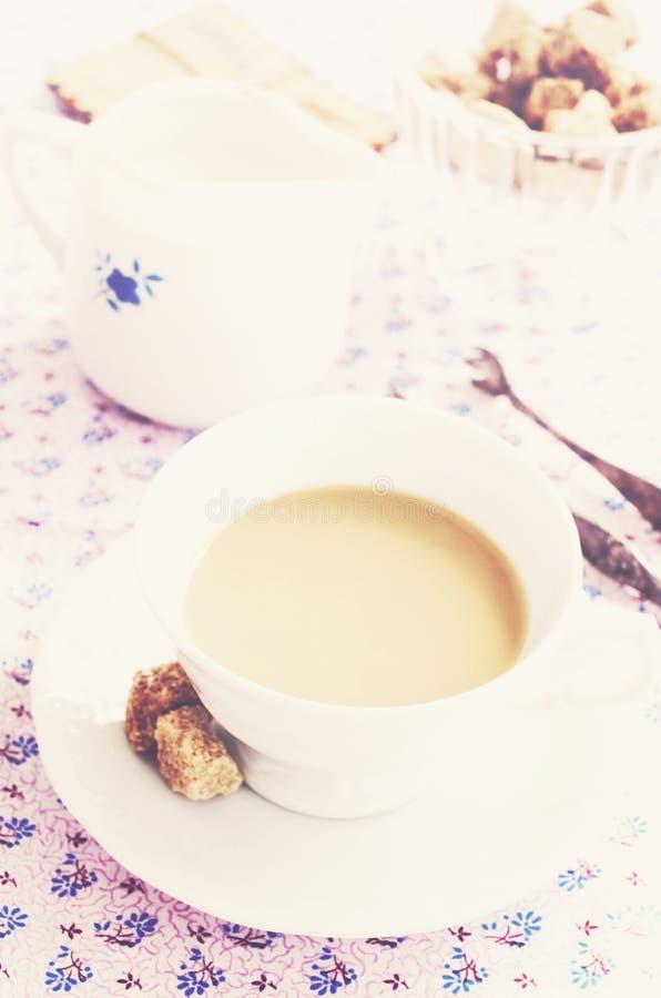Καφές πρωινού με το γάλα και την καφετιά ζάχαρη, εκλεκτής ποιότητας ύφος στοκ εικόνα με δικαίωμα ελεύθερης χρήσης
