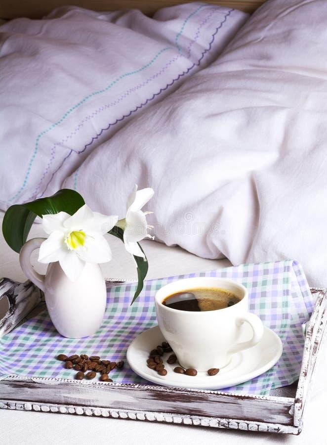 Καφές πρωινού στο κρεβάτι στον αγροτικό ξύλινο εξυπηρετώντας δίσκο στοκ φωτογραφία