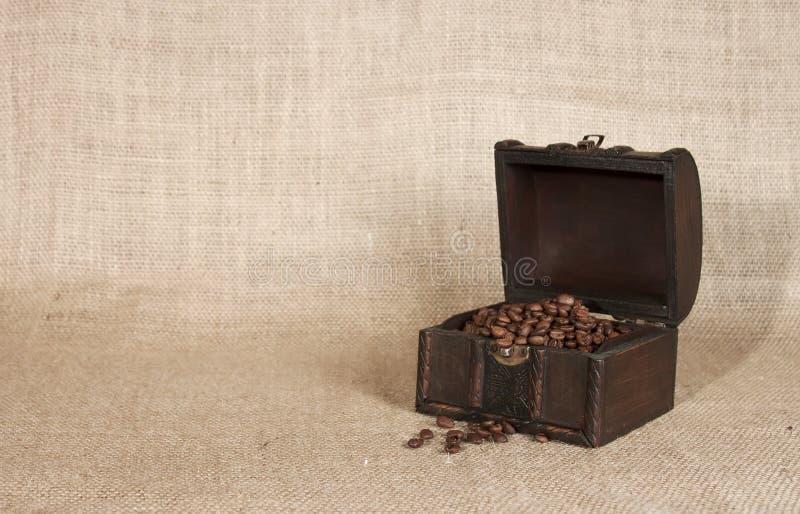 Καφές σε ένα παλαιό στήθος στοκ φωτογραφία με δικαίωμα ελεύθερης χρήσης