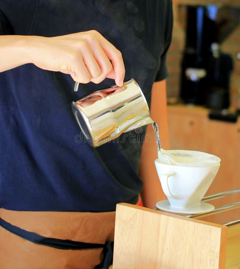 Καφές σταλαγματιάς χεριών στοκ εικόνες