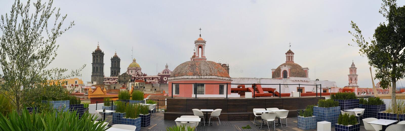 Καφές στεγών του μουσείου Amparo με τον καθεδρικό ναό στοκ φωτογραφία