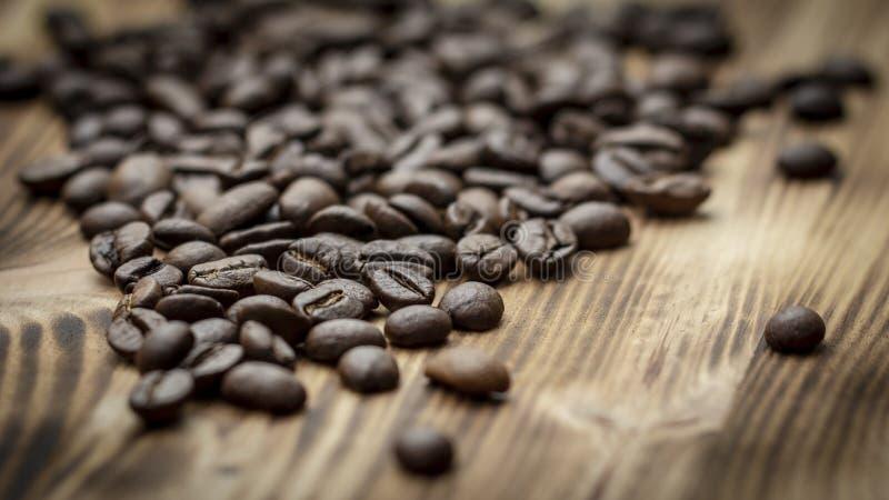 Καφές στενό σε επάνω υποβάθρου grunge ξύλινο στοκ εικόνα