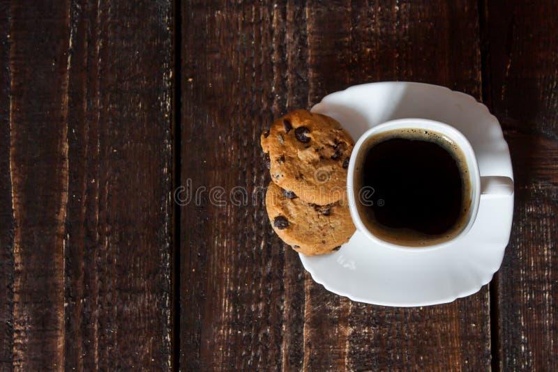 Download Καφές στο άσπρο φλυτζάνι με τα μπισκότα Στοκ Εικόνες - εικόνα από πίνακας, καυτός: 62717942
