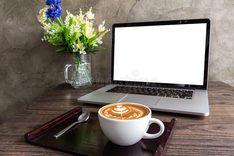 Καφές τέχνης Latte με την κενή οθόνη του φορητού προσωπικού υπολογιστή στοκ φωτογραφίες με δικαίωμα ελεύθερης χρήσης