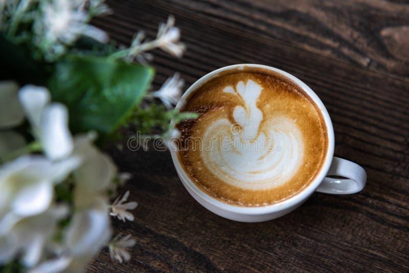 Καφές τέχνης Latte στον ξύλινο πίνακα στοκ φωτογραφία με δικαίωμα ελεύθερης χρήσης