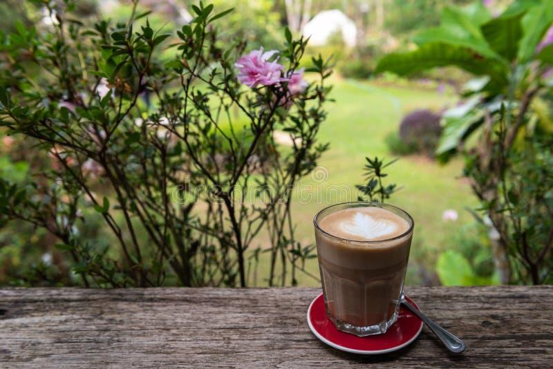 Καφές τέχνης Latte στο γυαλί στον ξύλινο πίνακα στοκ φωτογραφία με δικαίωμα ελεύθερης χρήσης