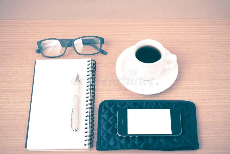 Καφές, τηλέφωνο, eyeglasses, σημειωματάριο και πορτοφόλι στοκ εικόνα