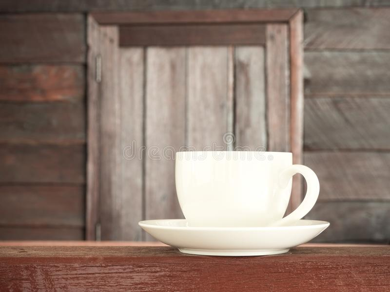 Καφές φλυτζανιών στο ξύλινο teble παλαιό ξύλινο υπόβαθρο στοκ εικόνες