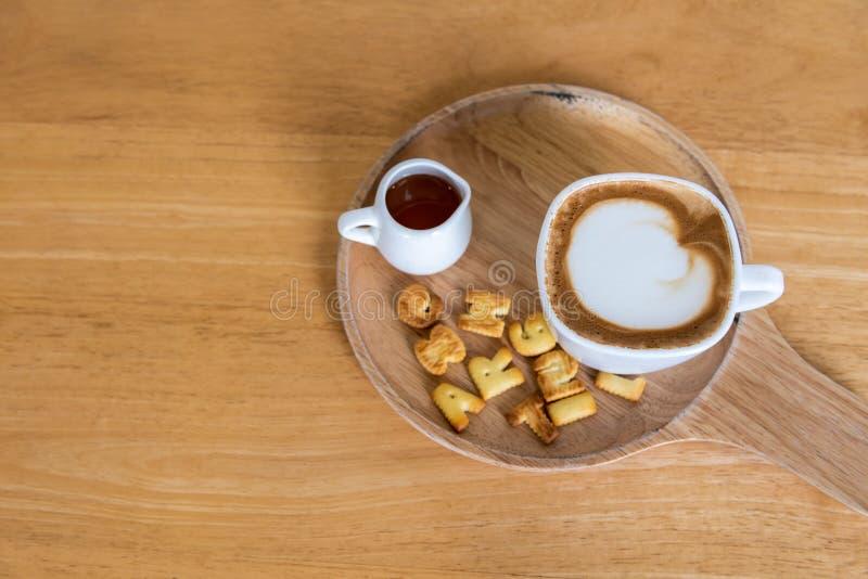 Καφές φλυτζανιών Cappuccino με τη ζάχαρη στο ξύλινο πιάτο και τον ξύλινο πίνακα στοκ εικόνα με δικαίωμα ελεύθερης χρήσης