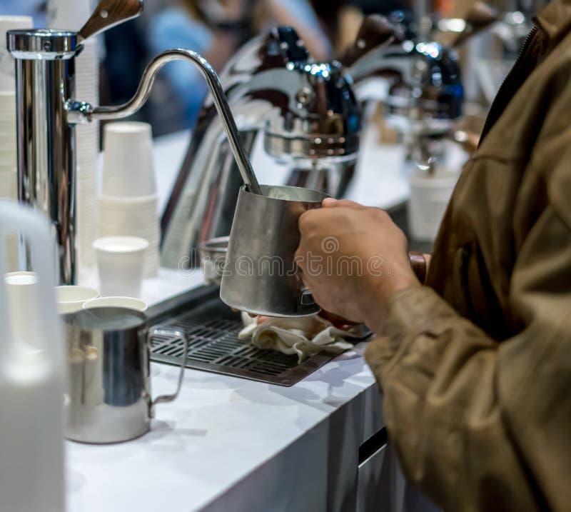 Καφές Barista που βράζει το γάλα στο ανοξείδωτο containner στον ατμό Καφές Servi στοκ εικόνα