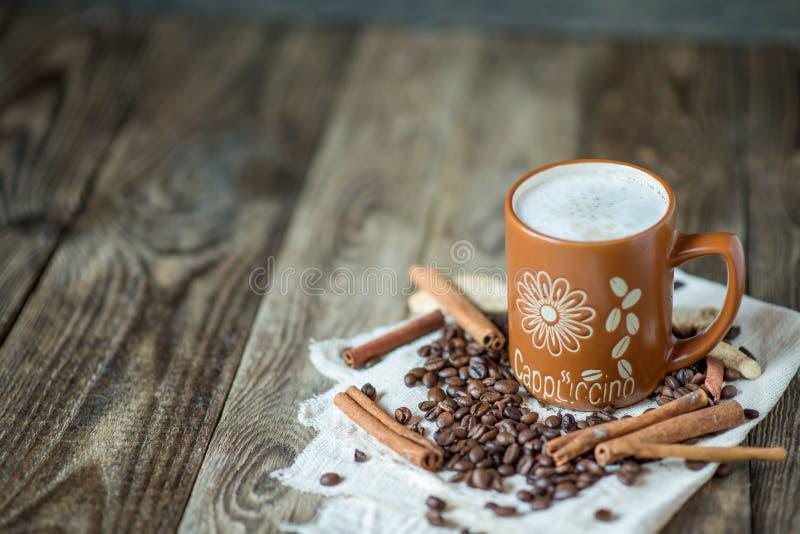 Καφές Cappuccino σε μια μεγάλη καφετιά κούπα στοκ εικόνες με δικαίωμα ελεύθερης χρήσης