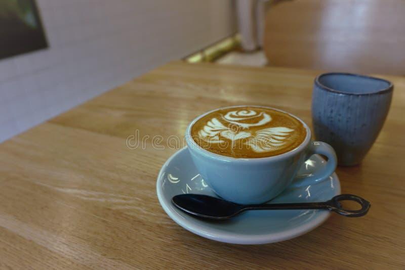 Καφές latte σε ένα μπλε φλυτζάνι στοκ εικόνα με δικαίωμα ελεύθερης χρήσης
