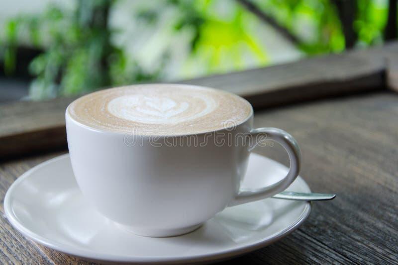 Καφές latte στον κοκκιώδη ξύλινο πίνακα υπαίθριο στοκ φωτογραφία