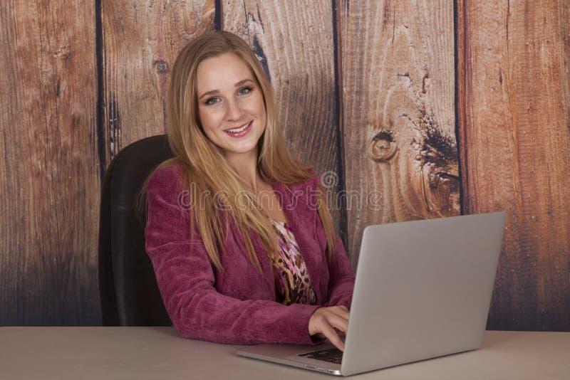 Καφέ ευτυχής γραφείων υπολογιστών γυναικών στοκ φωτογραφία
