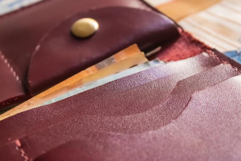 Καφέ κινηματογράφηση σε πρώτο πλάνο τσεπών πορτοφολιών με τα ευρο- τραπεζογραμμάτια μέσα στοκ εικόνα