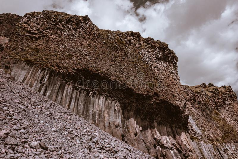 Καφετής βράχος πετρών με τους συγκεκριμένους στυλοβάτες στη βάση τους στοκ εικόνες