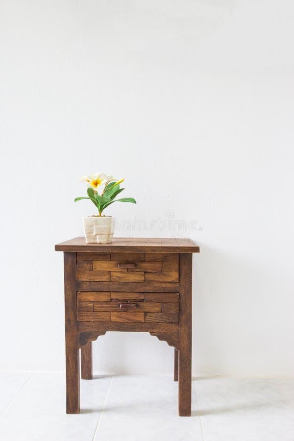 Καφετής ξύλινος πίνακας στο άσπρο δωμάτιο στοκ εικόνα με δικαίωμα ελεύθερης χρήσης