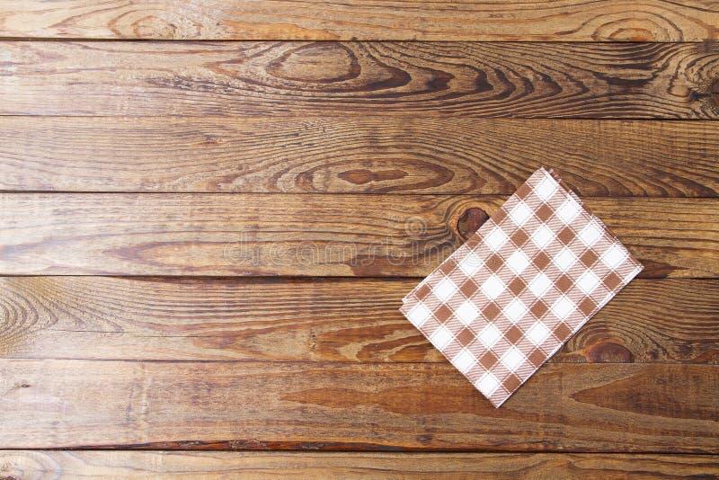 Καφετής παλαιός εκλεκτής ποιότητας ξύλινος πίνακας με το πλαισιωμένο ελεγμένο τραπεζομάντιλο Ημέρα των ευχαριστιών και επιτραπέζι στοκ εικόνες