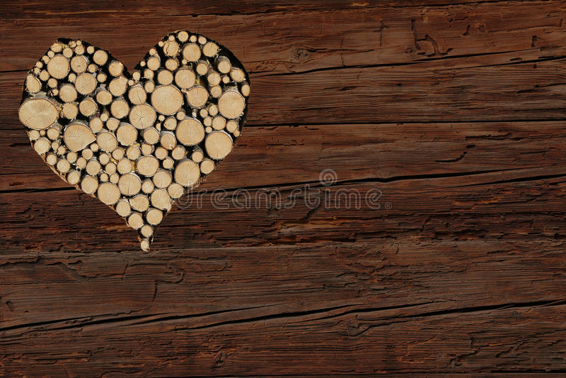 Καφετί αγροτικό ξύλινο υπόβαθρο με τη μορφή καρδιών στοκ εικόνα με δικαίωμα ελεύθερης χρήσης