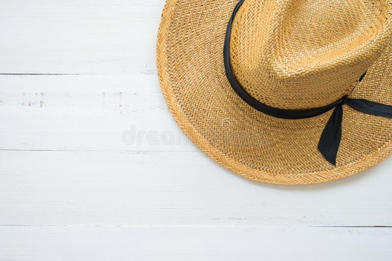 Καφετί γυναικείο καπέλο στο άσπρο ξύλινο υπόβαθρο με το διάστημα αντιγράφων, trave στοκ εικόνες με δικαίωμα ελεύθερης χρήσης