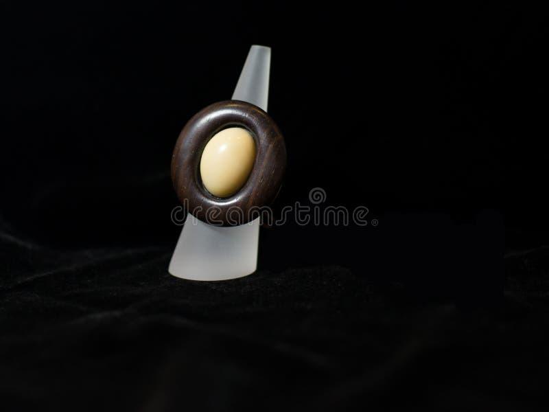 Καφετί εθνικό κόσμημα κοσμήματος δαχτυλιδιών στοκ εικόνες με δικαίωμα ελεύθερης χρήσης