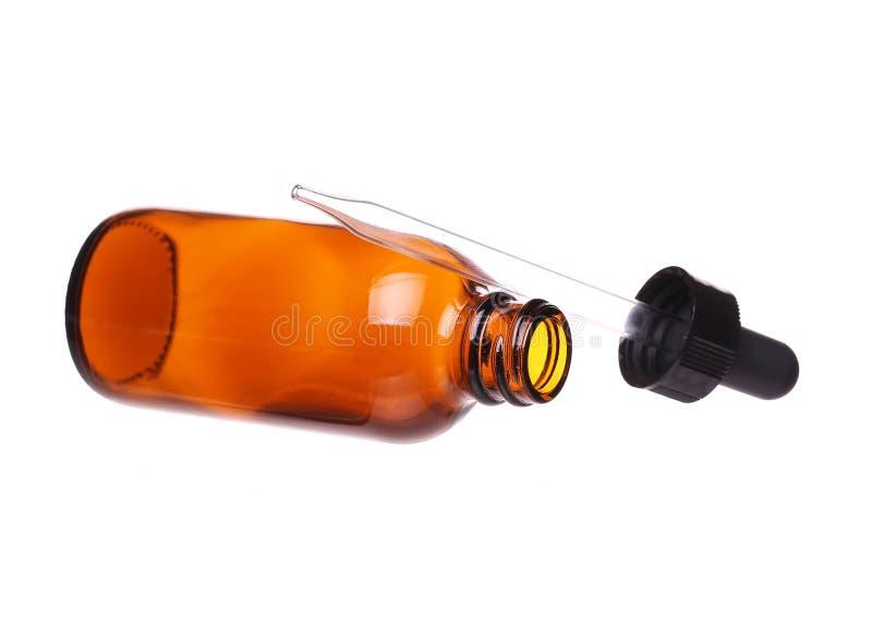Καφετί μπουκάλι γυαλιού ιατρικής με dropper που απομονώνεται στοκ εικόνα