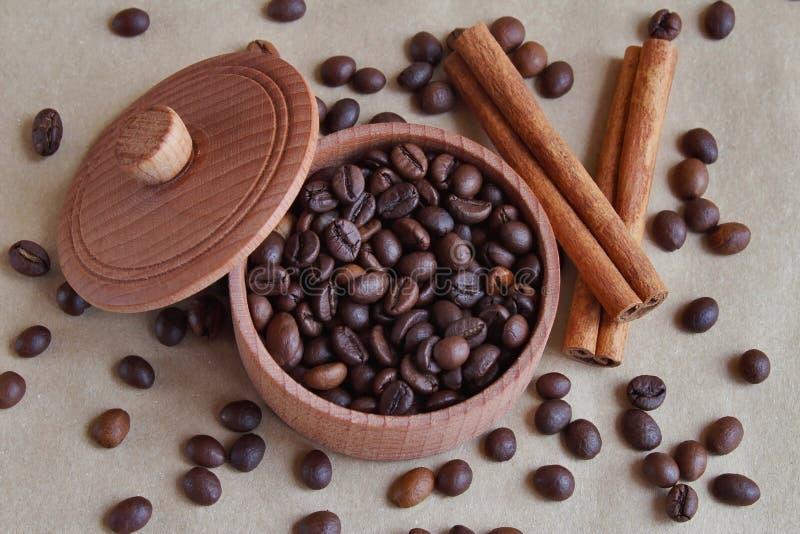 Καφετί ξύλινο κιβώτιο με τον καφέ στοκ εικόνες