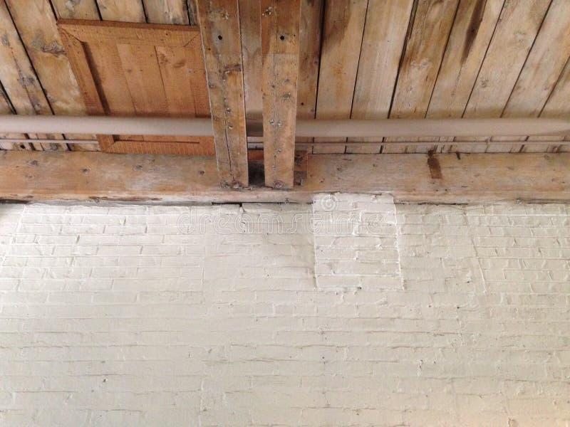 Καφετί ξύλινο ανώτατο όριο με τον άσπρο τουβλότοιχο στοκ φωτογραφίες με δικαίωμα ελεύθερης χρήσης