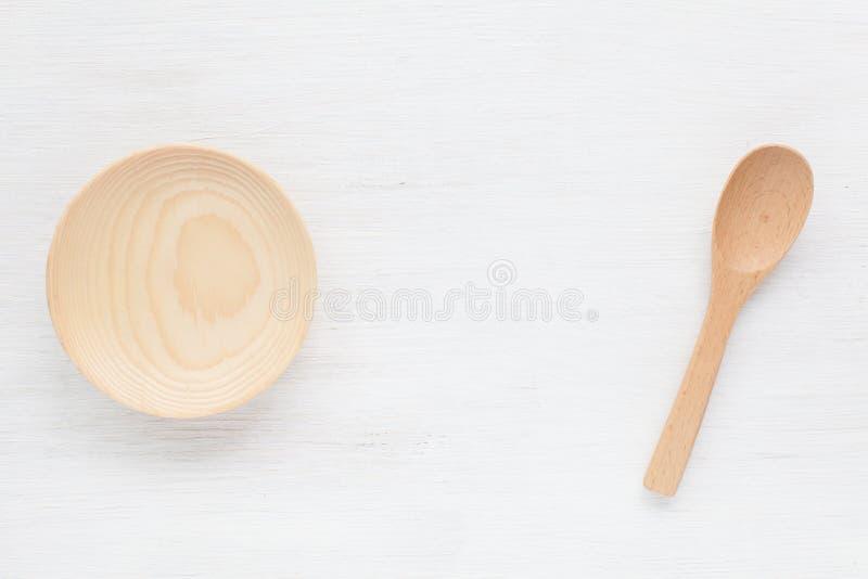 Download Καφετί ξύλινο κύπελλο και ξύλινο κουτάλι στον άσπρο ξύλινο πίνακα Στοκ Εικόνα - εικόνα από και, bamberger: 62724893