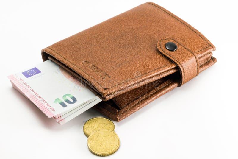 Καφετί πορτοφόλι με τα ευρο- τραπεζογραμμάτια και τα νομίσματα νομίσματος στοκ φωτογραφία
