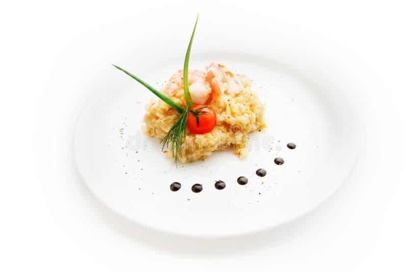 Καφετί ρύζι με τις γαρίδες και ντομάτα στο άσπρο υπόβαθρο στοκ εικόνα με δικαίωμα ελεύθερης χρήσης