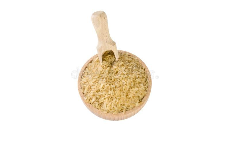 Καφετί ρύζι στο ξύλινο κύπελλο και σέσουλα που απομονώνεται στο άσπρο υπόβαθρο διατροφή βιο φυσικό συστατικό τροφίμων r στοκ εικόνα