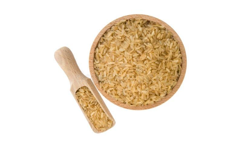 Καφετί ρύζι στο ξύλινο κύπελλο και σέσουλα που απομονώνεται στο άσπρο υπόβαθρο διατροφή βιο φυσικό συστατικό τροφίμων r στοκ φωτογραφίες