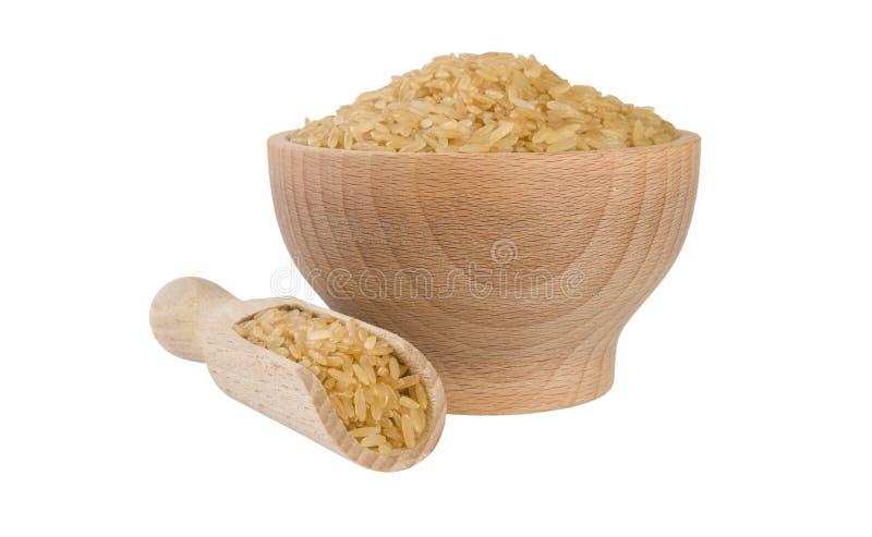 Καφετί ρύζι στο ξύλινο κύπελλο και σέσουλα που απομονώνεται στο άσπρο υπόβαθρο διατροφή βιο φυσικό συστατικό τροφίμων r στοκ εικόνες