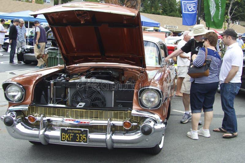 Καφετί Chevrolet Bel Air 1957 (μπροστινή άποψη) στοκ εικόνες