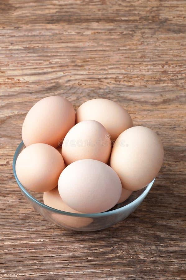Καφετιά αυγά κοτών στο κύπελλο στον ξύλινο πίνακα Φρέσκο αυγό αγροτών ` s στοκ εικόνα