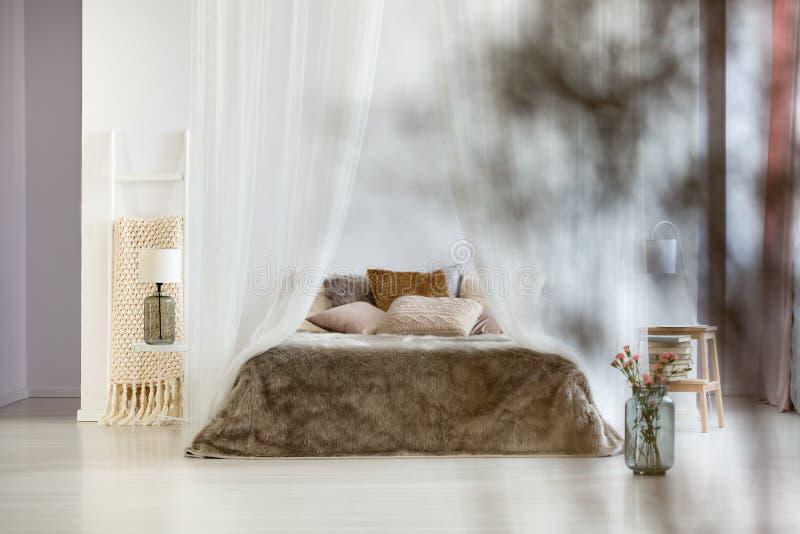 Καφετιά μαξιλάρια και coverlet γουνών στοκ φωτογραφία με δικαίωμα ελεύθερης χρήσης