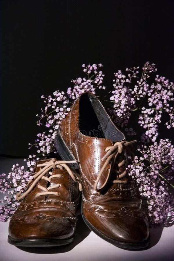 Καφετιά παπούτσια με τα λουλούδια στοκ φωτογραφίες