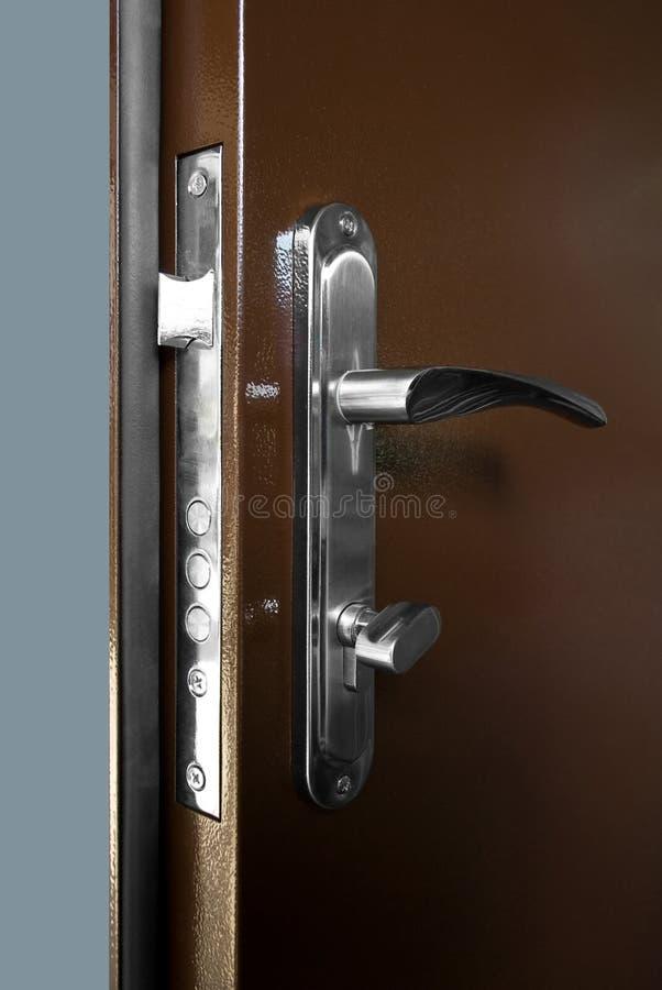 Καφετιά πόρτα Metall με τη χρυσές κλειδαριά και τη λαβή στοκ εικόνες