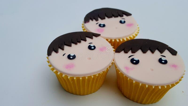 Καφετιά τρίχα προσώπου αγοριών cupcakes στοκ εικόνες