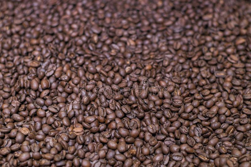 Καφετιά ψημένα φασόλια καφέ, κοκκιώδες arabica υπόβαθρο καφέ Σκοτάδι Espresso, άρωμα, μαύρο ποτό καφεΐνης Απομονωμένη κινηματογρά στοκ φωτογραφίες