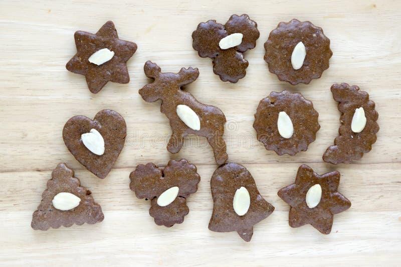 Καφετιά moravian σκοτεινά μελοψώματα με τα τεμαχισμένα αμύγδαλα στον ξύλινο πίνακα, μπισκότα Χριστουγέννων στοκ φωτογραφίες με δικαίωμα ελεύθερης χρήσης
