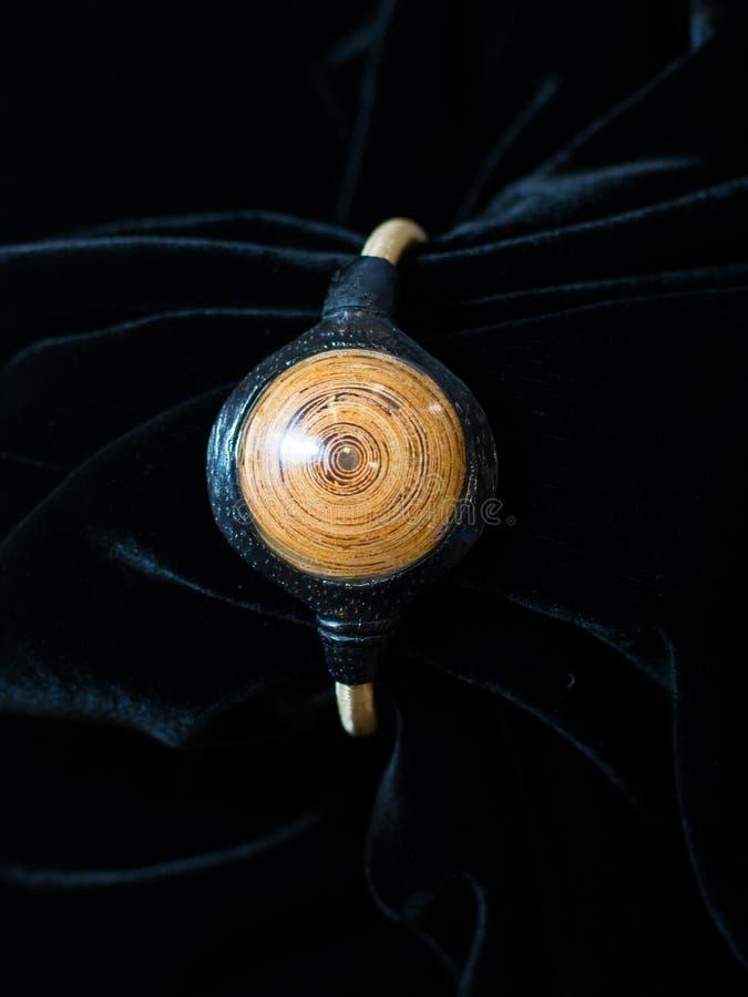Καφετιές εθνικές διακοσμήσεις κοσμημάτων βραχιολιών σε διαθεσιμότητα στοκ εικόνα