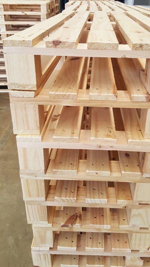 Καφετιές ξύλινες παλέτες για τη διανομή και τη μεταφορά προϊόντων στην αποθήκη εμπορευμάτων στοκ φωτογραφία με δικαίωμα ελεύθερης χρήσης