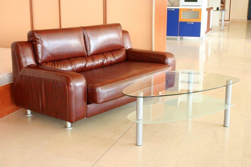 Καφετιοί καναπές δέρματος και πίνακας, εγχώριο εσωτερικό στοκ φωτογραφία με δικαίωμα ελεύθερης χρήσης
