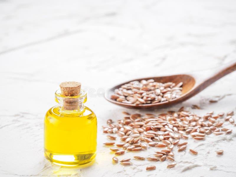 Καφετιοί σπόροι λιναριού και flaxseed στενός επάνω πετρελαίου στοκ εικόνα με δικαίωμα ελεύθερης χρήσης